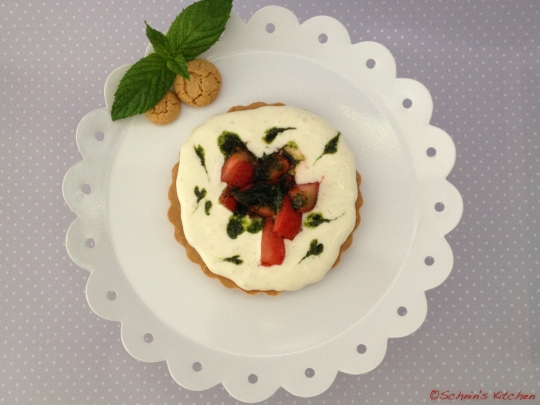 Schnin's Kitchen: Erdbeer-Amarettini-Törtchen mit Minzpesto